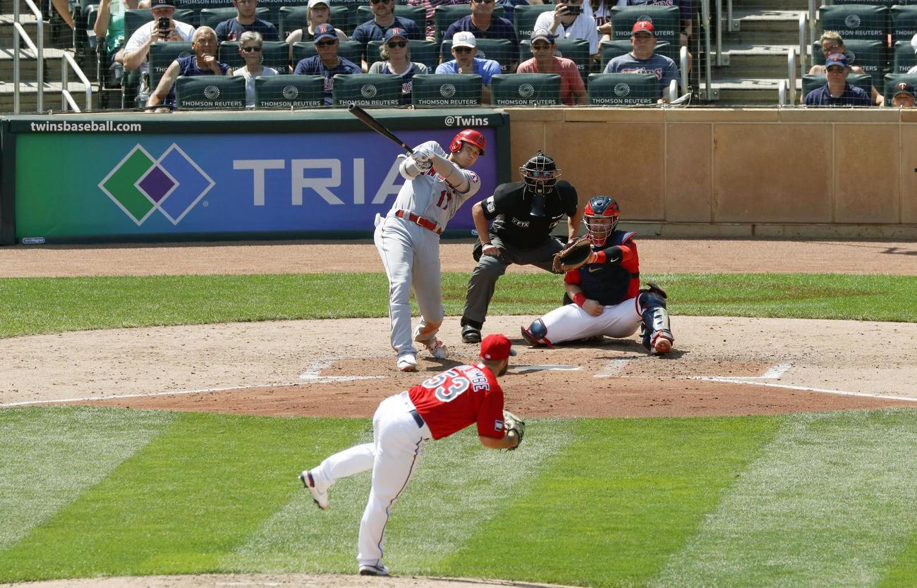 ツインズ戦の6回、35号本塁打を放つエンゼルス大谷。投手コローン(共同)