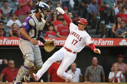 1回、イグレシアスの適時打で二塁から生還する大谷(ロイター)