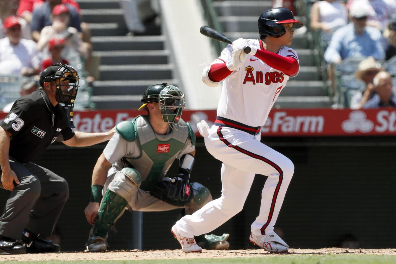 エンゼルス-アスレチックス 3回1死一、二塁 右中間へ先制の適時二塁打を放つ大谷翔平(AP)