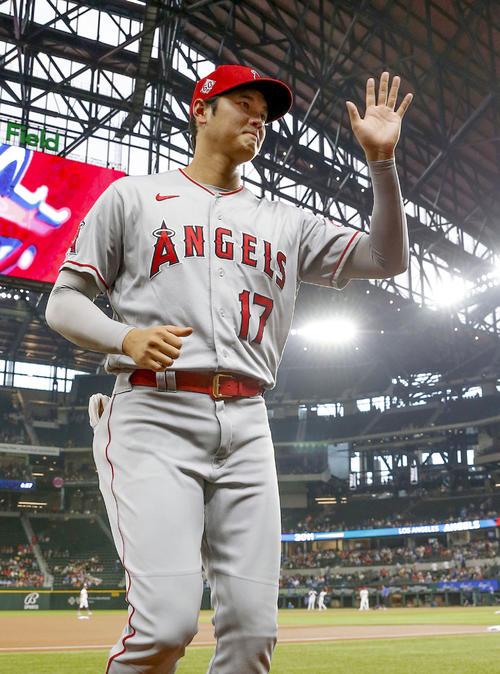 レンジャーズとの試合前、観客の声援に手を振って応える米大リーグ、エンゼルスの大谷。ア・リーグ野手部門で7月のMVPに選ばれた(共同)