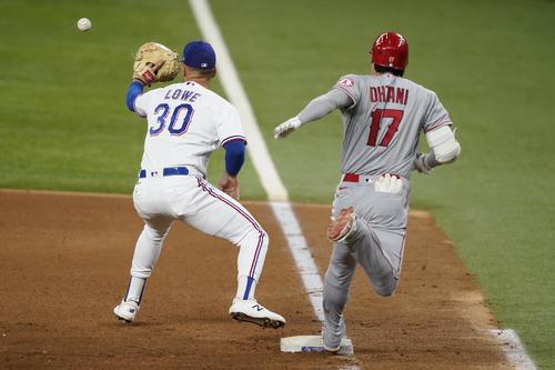 7回、二塁内野安打の大谷(AP)