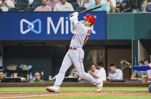 5回、右二塁打を放つ大谷(ロイター)