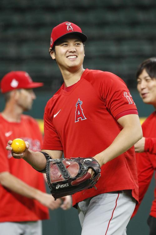 試合前、練習で笑顔を見せるエンゼルス・大谷=アーリントン(共同)