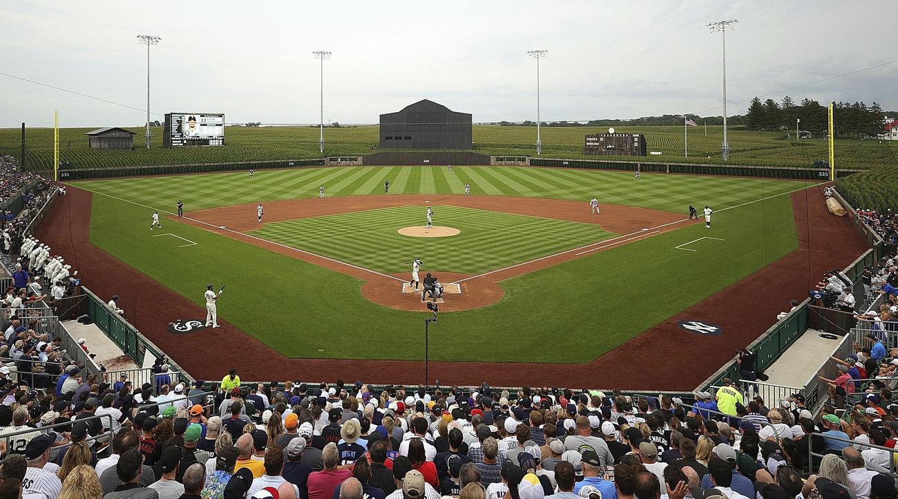 米アイオワ州ダイアーズビルの特設球場で行われた、大リーグのホワイトソックス-ヤンキースの公式戦(ゲッティ=共同)