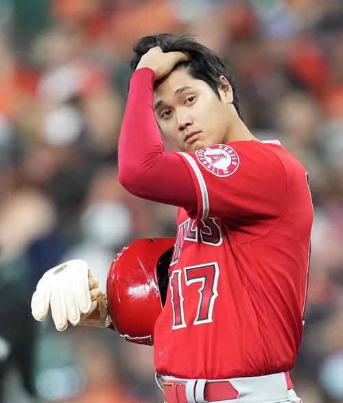 アストロズ対エンゼルス 8回表エンゼルス1死一塁、右前打で出塁し髪の毛をかき上げるエンゼルス大谷(撮影・菅敏)