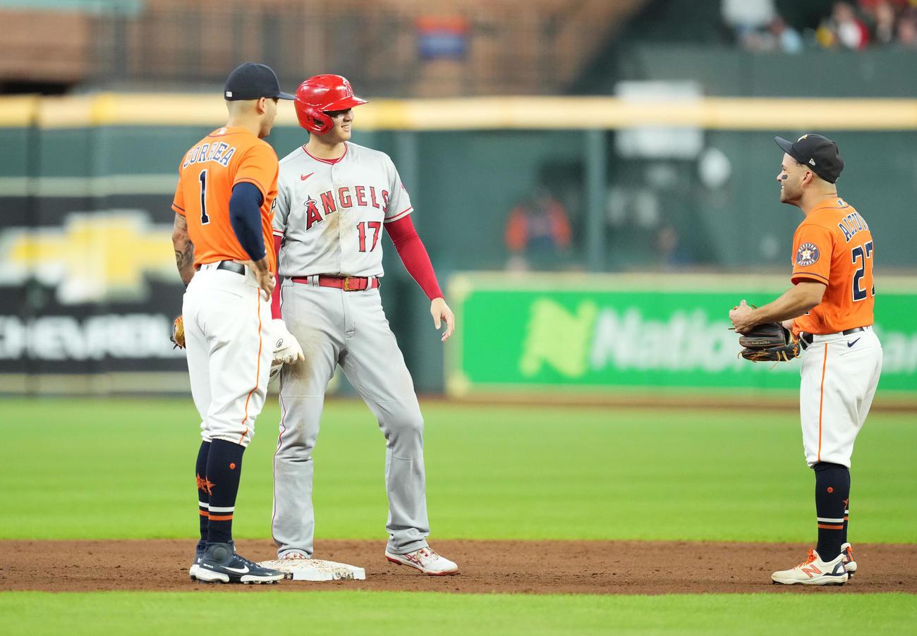アストロズ対エンゼルス 3回、二塁ベース上でコレア(左)とアルトゥーベ(右)と話すエンゼルス大谷(撮影・菅敏)