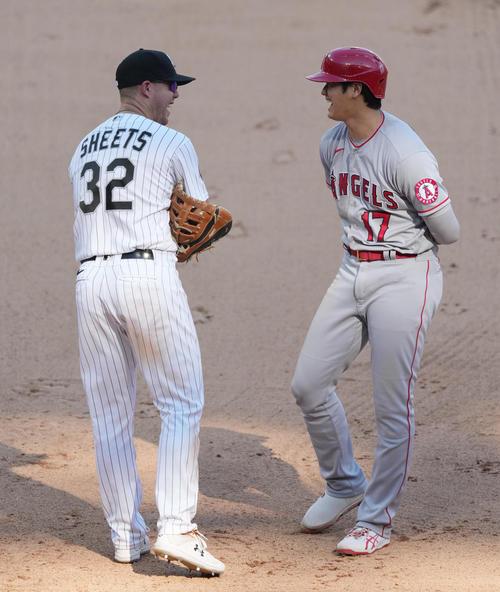 ホワイトソックス対エンゼルス 9回表エンゼルス2死、ホワイトソックス・ライトから死球を受け一塁でシーツ(左)と笑顔で話すエンゼルス大谷(撮影・菅敏)