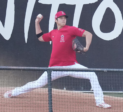 エンゼルス対アスレチックス 試合前、ブルペンで投球練習をするエンゼルス大谷(撮影・菅敏)