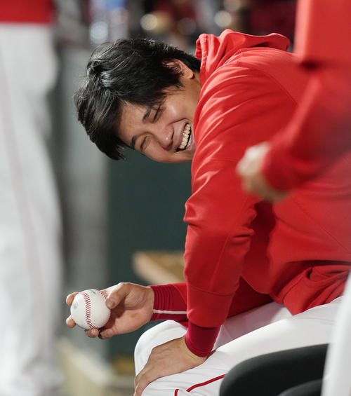 エンゼルス対アスレチックス 試合中、ボールを手に笑顔を見せるエンゼルス大谷(撮影・菅敏)