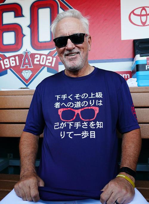エンゼルス対アスレチックス 試合前、メッセージがプリントされたTシャツを着て会見するエンゼルス・マドン監督(撮影・菅敏)