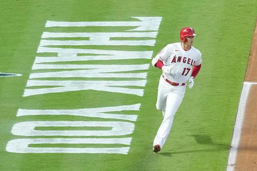 エンゼルス対アスレチックス 1回裏エンゼルス1死一塁、右前打を放ち、ペイントされた「THANK YOU」の文字を横目に一塁に向かうエンゼルス大谷(撮影・菅敏)
