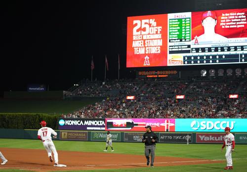 エンゼルス対アスレチックス 7回裏エンゼルス無死、左前打を放ち、一塁を回るエンゼルス大谷(撮影・菅敏)