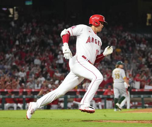 エンゼルス対アスレチックス 9回裏エンゼルス無死、中前打を放ち、一塁に向かうエンゼルス大谷(撮影・菅敏)