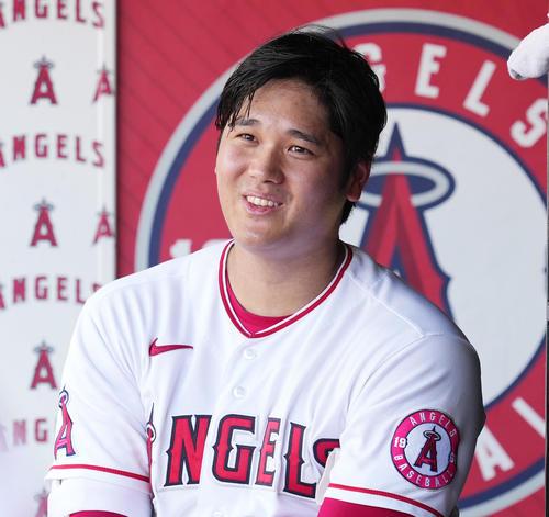 エンゼルス対アスレチックス 8回、ベンチで笑顔を見せるエンゼルス大谷(撮影・菅敏)