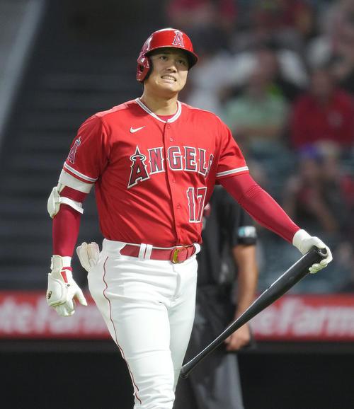エンゼルス対アストロズ 6回裏エンゼルス1死一塁、空振りの三振に倒れ、厳しい表情を見せるエンゼルス大谷(撮影・菅敏)
