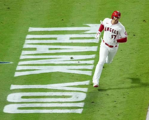 エンゼルス対アストロズ 6回裏エンゼルス1死一塁、右前打を放ち、「THANK YOU」の文字を横目に一塁に向かうエンゼルス大谷(撮影・菅敏)