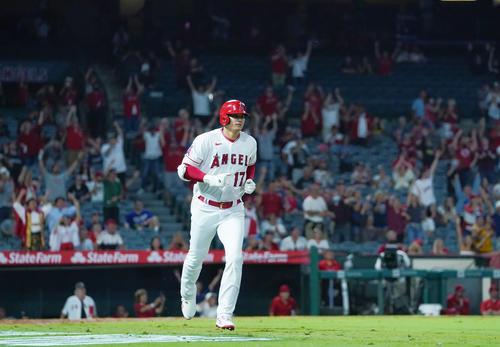 エンゼルス対アストロズ 8回裏エンゼルス無死、右中間に45号本塁打を放ち、ダイヤモンドを回るエンゼルス大谷(撮影・菅敏)