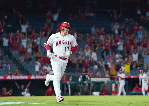 エンゼルス対アストロズ 8回裏エンゼルス無死、右中間に45号本塁打を放つエンゼルス大谷(撮影・菅敏)