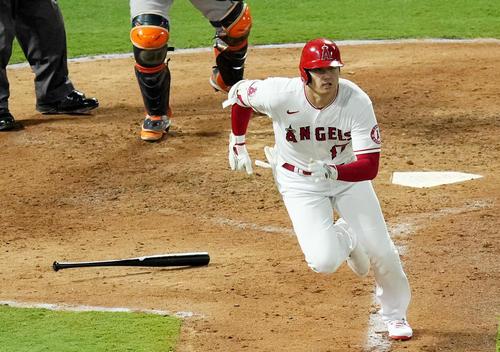 エンゼルス対アストロズ 6回裏エンゼルス1死一塁、右前打を放つエンゼルス大谷(撮影・菅敏)