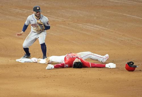 エンゼルス対アストロズ 4回裏エンゼルス無死一塁、二盗を狙うも勢い余って足が離れ、タッチアウトとなるエンゼルス大谷は、大の字になってフィールドに寝転ぶ(撮影・菅敏)