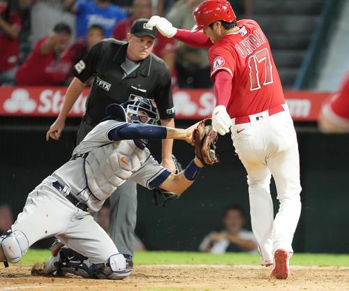エンゼルス対アストロズ 10回裏エンゼルス1死満塁、打者フレッチャーの浅い右飛でタッチアップし、捕手のタッチをかわすエンゼルス大谷(撮影・菅敏)