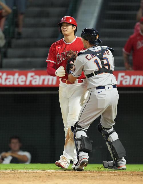 エンゼルス対アストロズ 10回裏エンゼルス1死満塁、打者フレッチャーの浅い右飛でタッチアップし、捕手のタッチをかわすもオーバーランをするエンゼルス大谷(撮影・菅敏)