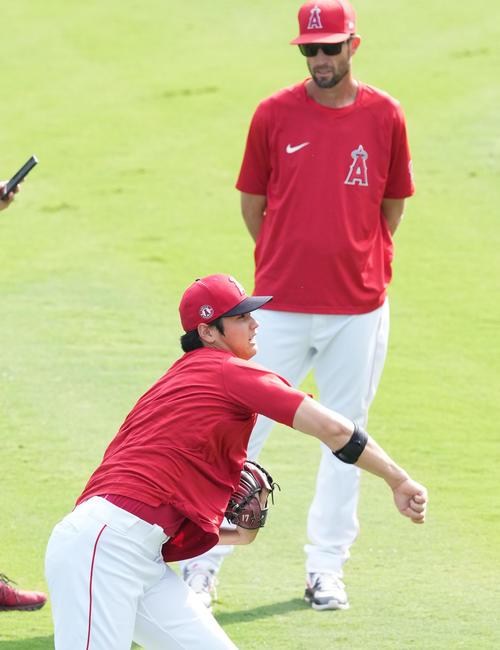 エンゼルス対アストロズ 試合前、ワイズ投手コーチ(右)を前にキャッチボールをするエンゼルス大谷(撮影・菅敏)