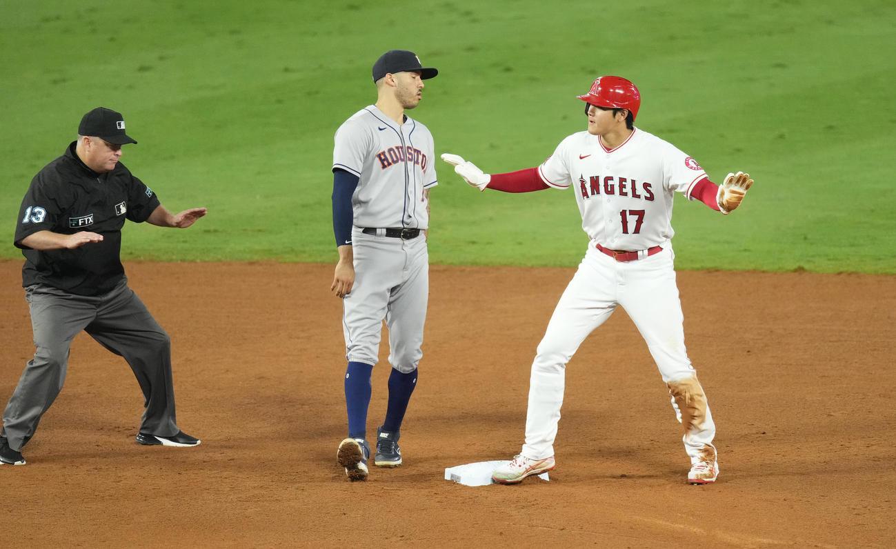 エンゼルス対アストロズ 6回裏エンゼルス2死一塁、二盗を成功させ、セーフとポーズをとるエンゼルス大谷(撮影・菅敏)
