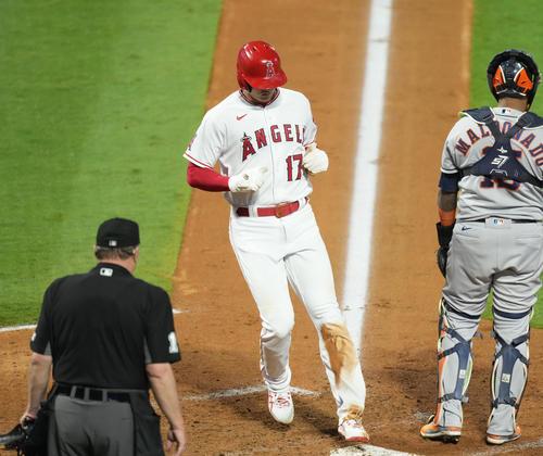 エンゼルス対アストロズ 6回裏エンゼルス2死一、二塁、打者メイフィールドの2点適時打で二塁から生還するエンゼルス大谷(撮影・菅敏)
