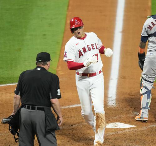 エンゼルス対アストロズ 6回裏エンゼルス2死一、二塁、打者メイフィールドの2点適時打で二塁から生還するエンゼルス大谷は、目の前にいる球審に驚く(撮影・菅敏)