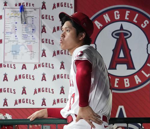 エンゼルス対アストロズ 9回、ベンチで口をとがらせるエンゼルス大谷(撮影・菅敏)