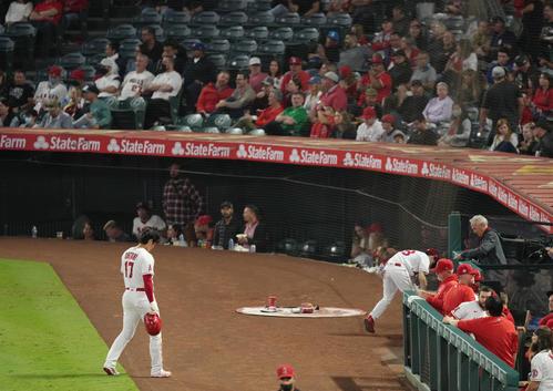 エンゼルス対マリナーズ 5回、残塁に終わり肩を落としてベンチに戻るエンゼルス大谷(撮影・菅敏)