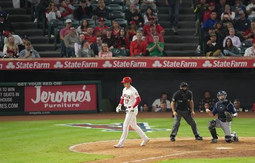 エンゼルス対マリナーズ 7回裏エンゼルス無死一塁、四球を選び一塁に向かうエンゼルス大谷(撮影・菅敏)