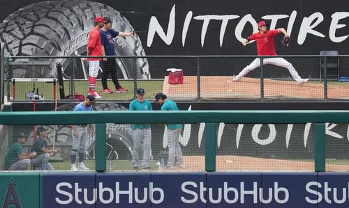 エンゼルス対マリナーズ 試合前、ブルペンでマリナーズ菊池(左下)を背に投球練習をするエンゼルス大谷(撮影・菅敏)