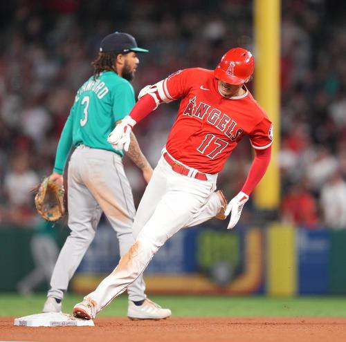 エンゼルス対マリナーズ 3回裏エンゼルス無死一塁、右翼線に適時三塁打を放ち、二塁を駆け回るエンゼルス大谷(撮影・菅敏)