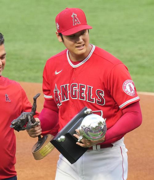 チームの年間MVPを受賞し、トロフィーを手にベンチに戻るエンゼルス大谷(撮影・菅敏)