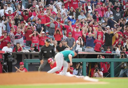 エンゼルス対マリナーズ 1回裏エンゼルス無死一塁、右へ先制の適時三塁打を放ち、三塁に滑り込むエンゼルス大谷に歓声を送るファン(撮影・菅敏)