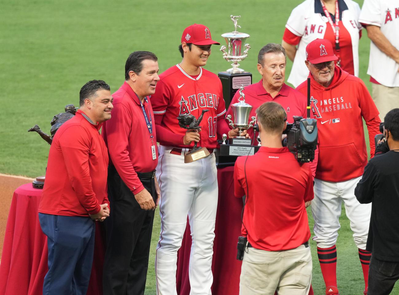 チームの年間MVPを受賞し、トロフィーを手に記念写真に納まるエンゼルス大谷(中央)(撮影・菅敏)