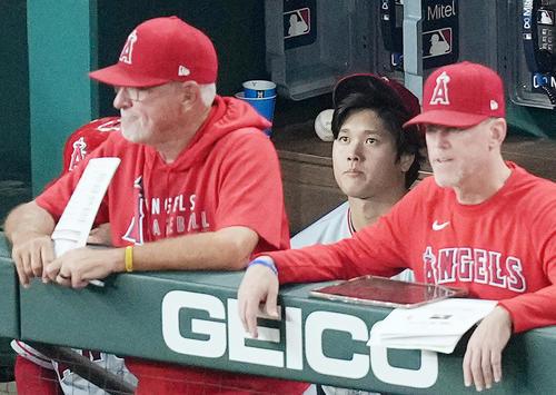 レンジャーズ対エンゼルス 9回、無安打に終わり、ジョー・マドン監督(左)を前に浮かない表情を見せるエンゼルス大谷(撮影・菅敏)