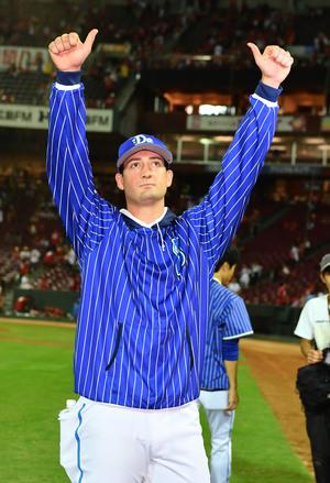 8勝目を挙げたDeNAウィーランドはファンの歓声に両手をあげて応える(撮影・上田博志)