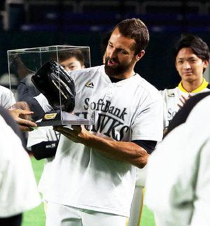 セーブ王に輝いたデニス・サファテは松田宣浩から記念グラブを受け取る(撮影・栗木一考)