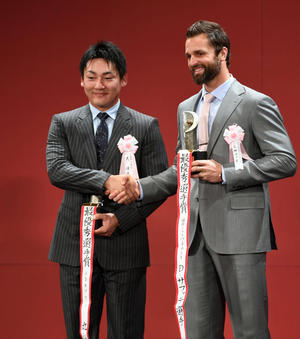 最優秀選手賞を受賞し笑顔で握手を交わす広島丸(左)とソフトバンクのサファテ(撮影・横山健太)