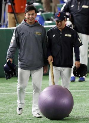 山崎(左)は野田と笑顔で練習に向かう(撮影・松本俊)