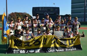 2連覇した久我山イーグルスと宮本慎也氏(後列中央)。前列右から3人目がエース辻慧