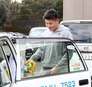 右手をアイシングしながらタクシーに乗り込む日本ハム清宮(撮影・黒川智章)