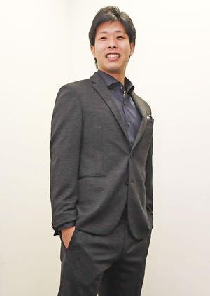 スタイリング講座でスタイリストの森岡弘氏にコーディネイトしてもらった服を着てポーズを取る巨人鍬原(撮影・鈴木みどり)