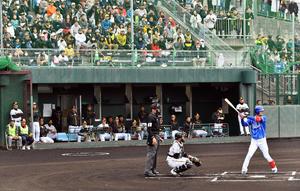 阪神対DeNAの練習試合で、古巣阪神の選手らを背に打席に立つDeNA大和(撮影・滝沢徹郎)