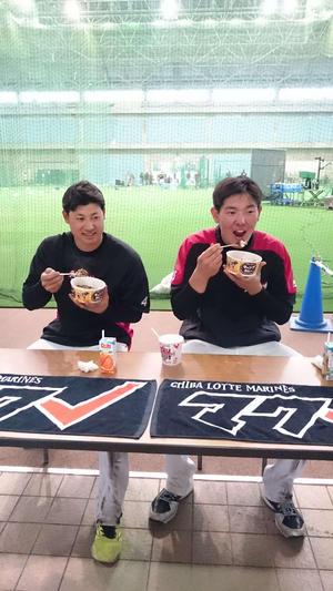 おいしそうにカレーをほおばるロッテ安田(右)と藤岡裕