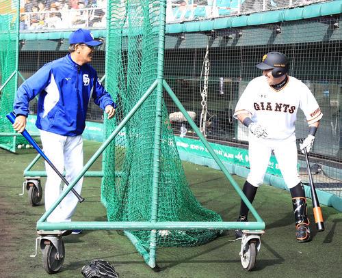 試合前、ノックバットを持った中日森監督(左)に追われた巨人ゲレーロは笑顔で逃げる(撮影・江口和貴)