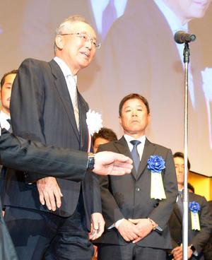 壇上に上がる宮内オーナー(左)と福良監督(撮影・渦原淳)